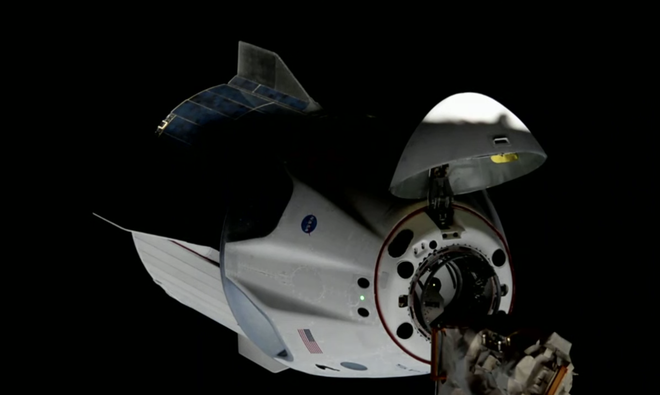 Tàu vũ trụ Crew Dragon của SpaceX lắp ghép thành công với trạm ISS, hoàn toàn tự động - Ảnh 1.