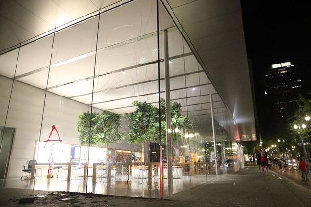 Bị đập phá và cướp bóc, Apple tạm thời đóng cửa phần lớn các cửa hàng bán lẻ tại Mỹ - Ảnh 1.