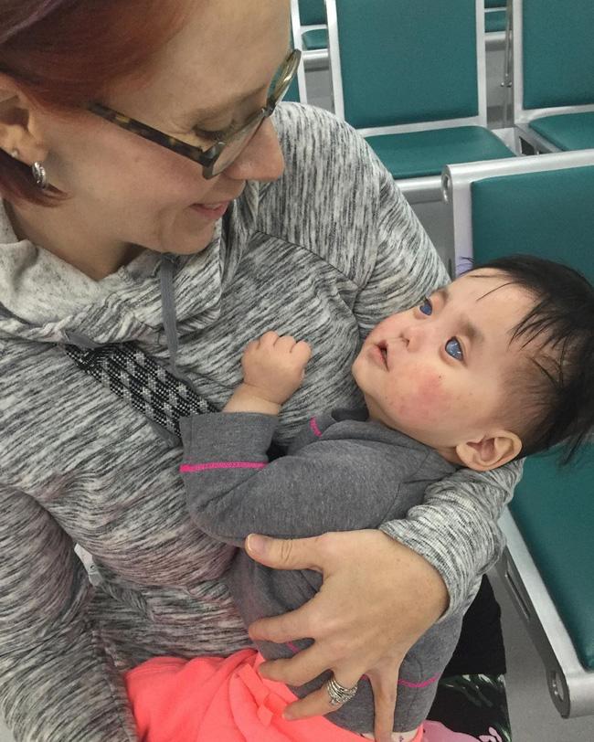 Bé gái có đôi mắt xanh thẳm khiến em khóc trong đau đớn 16 tiếng/ngày sau 1 năm nhận nuôi đã có sự thay đổi ngoạn mục - Ảnh 2.