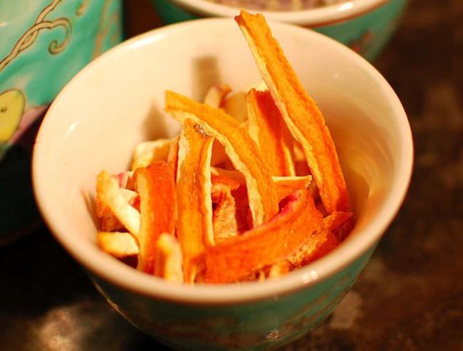 Ăn cam đừng vội vứt vỏ đi, sấy khô cho vào ruột gối bạn sẽ nhận được 4 tác dụng kì diệu - Ảnh 2.