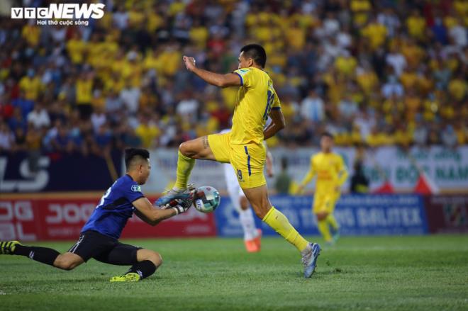 Thành Chung đá tiền đạo, HLV Park Hang Seo còn phải lo dài - Ảnh 2.