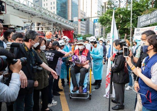 Sống 355 ngày trên trụ đèn giao thông ngay giữa thủ đô để phản đối quyết định đuổi việc của Samsung - Ảnh 2.