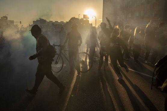 Mỹ rối ren trong khủng hoảng kép: Đại dịch COVID-19 và biểu tình lan rộng - Ảnh 1.