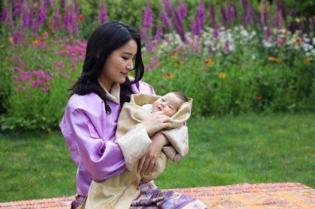Hoàng hậu vạn người mê Bhutan chính thức công bố hình ảnh con trai thứ 2 mới sinh khiến dân mạng xuýt xoa - Ảnh 1.