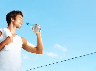 5 sai lầm bạn không ngờ khi uống nước - Ảnh 1.