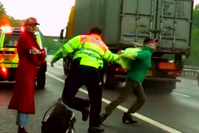 Vụ tai nạn của 2 chị em trên đường cao tốc gây ra bởi căn bệnh tâm thần khiến người này lây cho người kia hành vi tự tử, vừa giết người vừa hại mình - Ảnh 2.