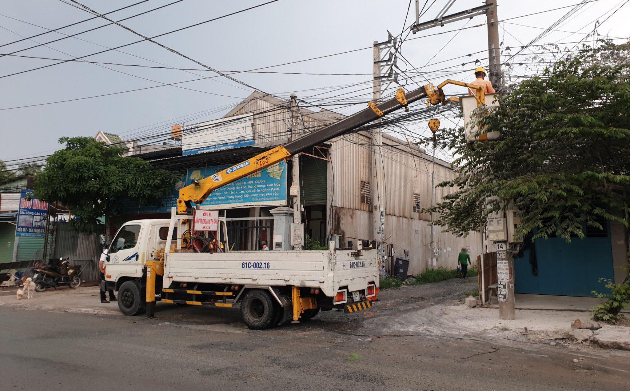 [HY HỮU] Dây điện rơi xuống đường sau khi cháy, một người đàn ông bị giật chết