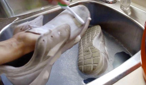 Giày thể thao lấm bẩn, chỉ cần thêm 1 thứ quen thuộc này vào với xà phòng sẽ sạch như mới - Ảnh 1.