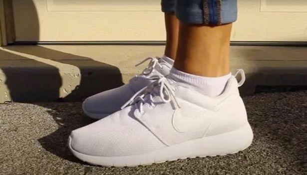 Giày thể thao lấm bẩn, chỉ cần thêm 1 thứ quen thuộc này vào với xà phòng sẽ sạch như mới - Ảnh 4.