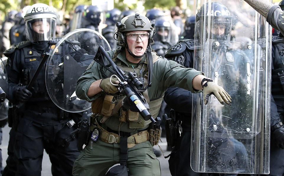 """Tránh """"tiếp tay"""" cho cảnh sát Mỹ: Anh sẽ đóng băng xuất khẩu lô vũ khí trị giá hàng triệu USD?"""
