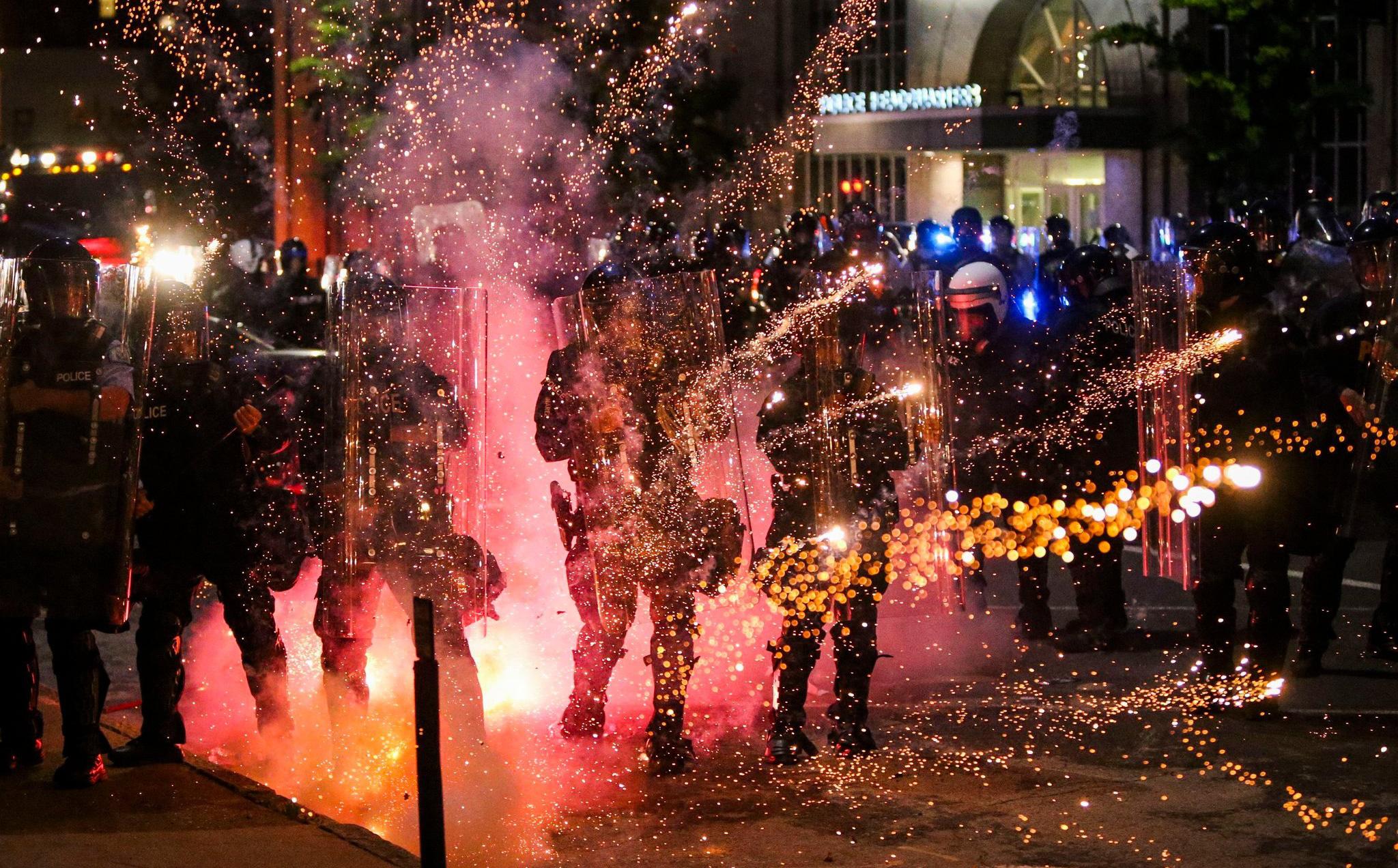 Mạng lưới ngầm nào khiến biểu tình ôn hòa bùng phát thành ''biển lửa'' nhấn chìm nước Mỹ?