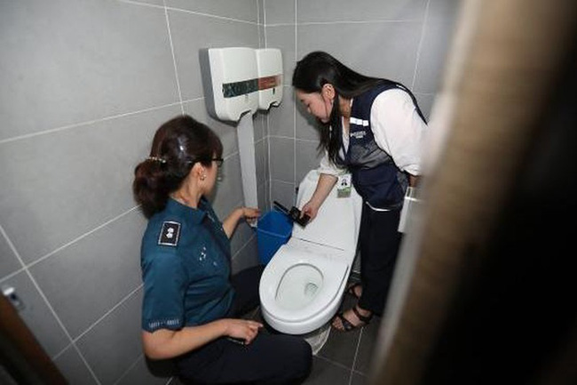 Tìm thấy camera quay lén trong nhà vệ sinh nữ ở trụ sở đài truyền hình lớn KBS, nơi nghệ sĩ nổi tiếng thường lui tới - Ảnh 2.