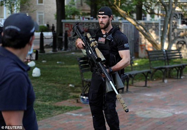 Cảnh sát bắn hơi cay dọn đường, TT Trump phát biểu giữa tiếng trực thăng và tiếng la ó - Ảnh 4.
