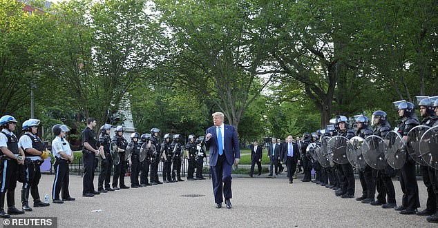 Cảnh sát bắn hơi cay dọn đường, TT Trump phát biểu giữa tiếng trực thăng và tiếng la ó - Ảnh 2.