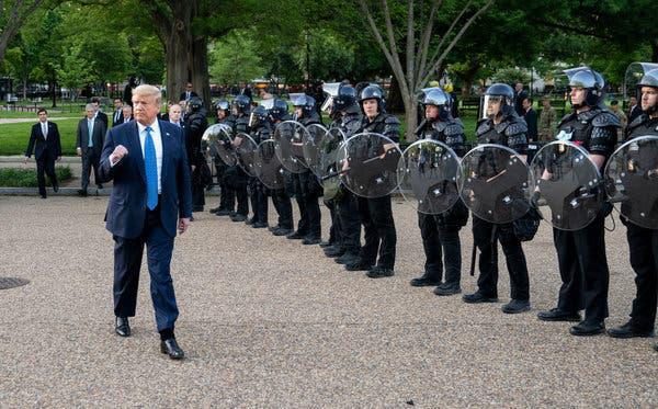 Mạng lưới ngầm nào khiến biểu tình ôn hòa bùng phát thành biển lửa nhấn chìm nước Mỹ? - Ảnh 2.