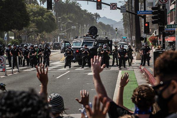 Mạng lưới ngầm nào khiến biểu tình ôn hòa bùng phát thành biển lửa nhấn chìm nước Mỹ? - Ảnh 3.
