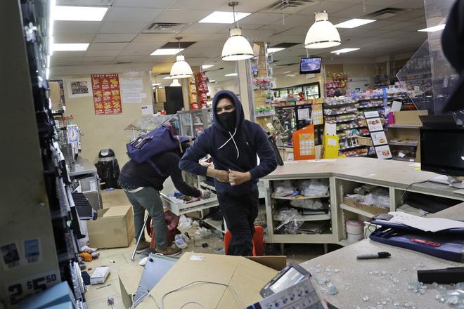 Khi biểu tình trở nên biến chất: Cướp bóc, đập phá, hôi của tràn lan khắp nước Mỹ - Ảnh 2.