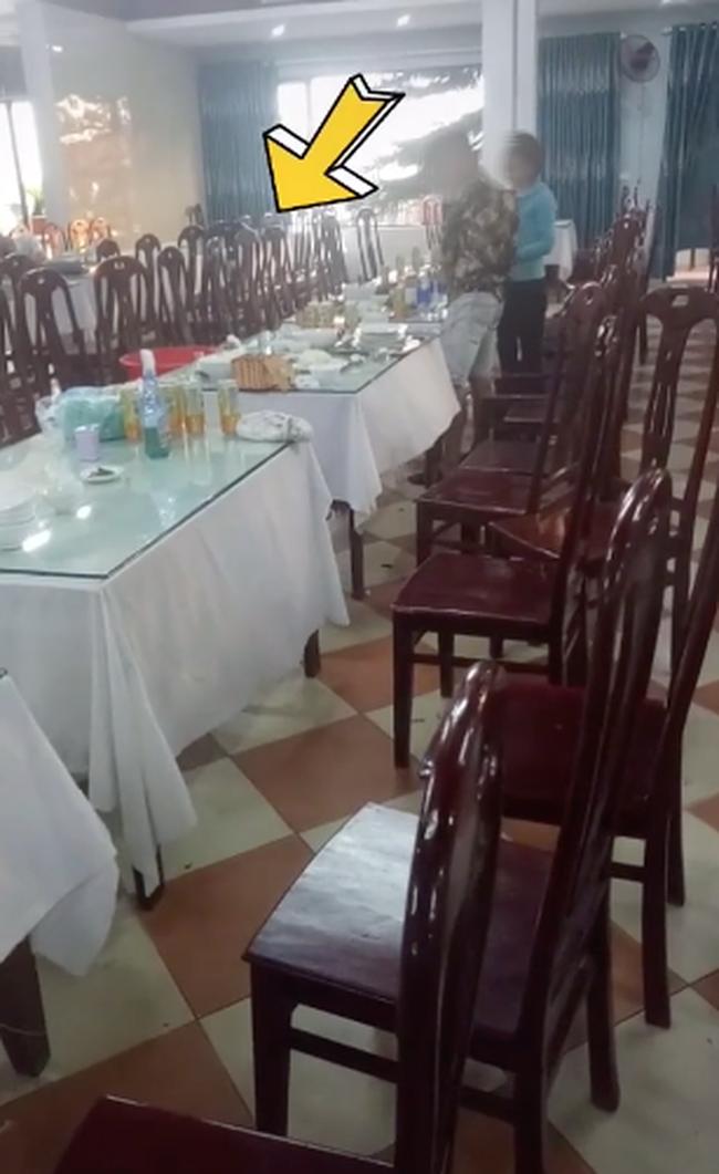 Đại gia đi ăn bữa cơm hơn 20 triệu nhưng vẫn ngồi đợi để lấy lại 12 nghìn tiền thừa khiến dân mạng tranh cãi - Ảnh 1.