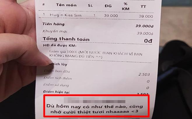 Mua đồ uống thiếu tiền, chàng trai ''rớt nước mắt'' vì hành động của nữ nhân viên, tờ hóa đơn càng gây bất ngờ