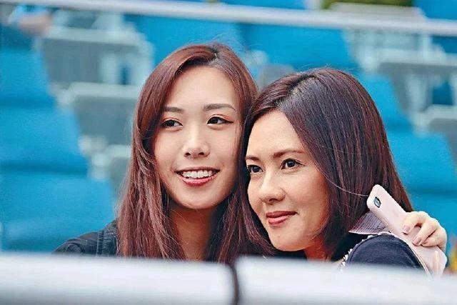 Nữ thần phim nóng Hong Kong: Lấy chồng xấu xí, đau đớn vì luôn bị người ta ruồng bỏ - Ảnh 11.
