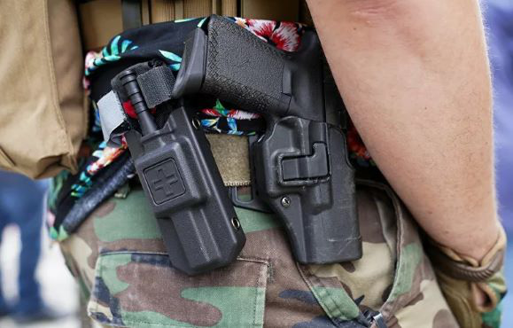 Doanh số bán vũ khí của Mỹ tăng 80% giữa phong tỏa và bạo loạn - Ảnh 1.