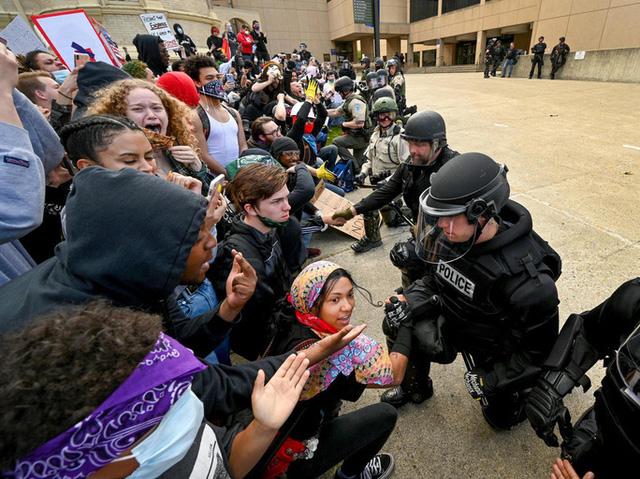 Điểm lại những vụ sát hại, phân biệt chủng tộc gây rúng động tại Mỹ - ảnh 6