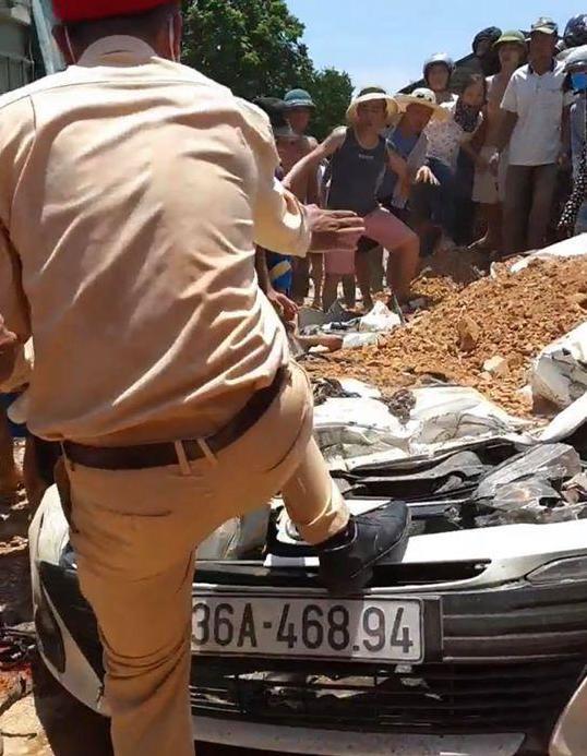 Vụ xe ben đè bẹp xe con khiến 3 người tử vong: Thùng xe ben chở đầy đất cát đè toàn bộ vào xe con - Ảnh 3.