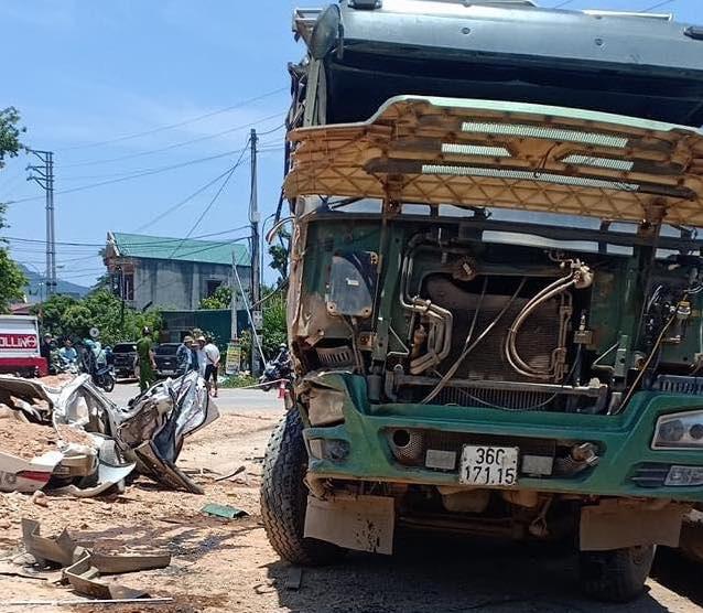 Vụ xe ben đè nát xe con ở Thanh Hóa: Cháu bé thoát chết nhờ rơi xuống chỗ để chân ghế ngồi - Ảnh 3.