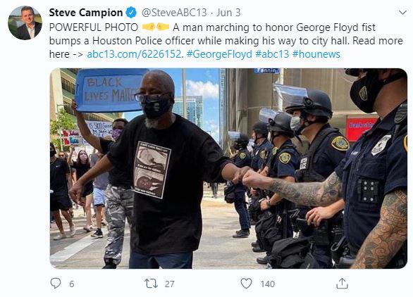 RIA: Soi bức ảnh chụp cử chỉ thiện chí của người biểu tình và cảnh sát Mỹ, phát hiện đặc vụ Nga? - Ảnh 1.
