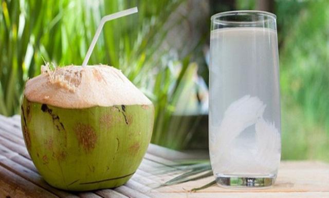 Nước dừa giúp phụ nữ trẻ hóa và ngừa bệnh trong mùa hè nhưng hãy nhớ kỹ: 6 nhóm người KHÔNG uống - 4 thời điểm TRÁNH dùng - Ảnh 2.