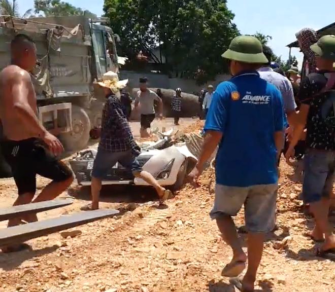 Video hiện trường vụ tai nạn kinh hoàng ở Thanh Hóa, xe ben đè chết 3 người trong xe ôtô - Ảnh 2.