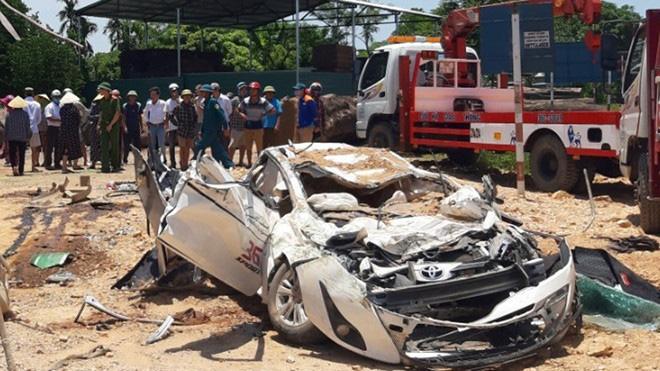 Video hiện trường vụ tai nạn kinh hoàng ở Thanh Hóa, xe ben đè chết 3 người trong xe ôtô - Ảnh 5.