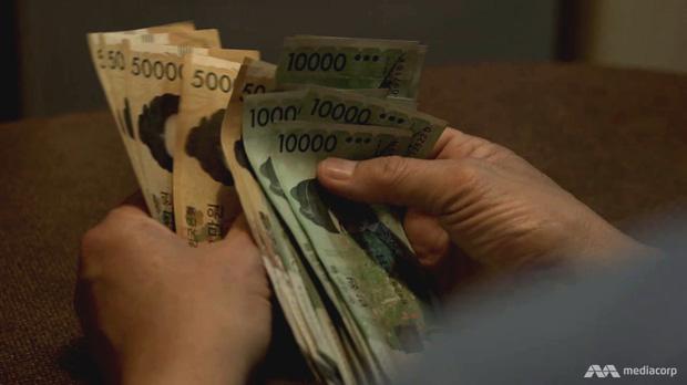 Quả bom nổ chậm tại Hàn Quốc: Giới trẻ làm 1 tiêu 10, nợ nần dồn ép đến mức phải tự tử - Ảnh 3.