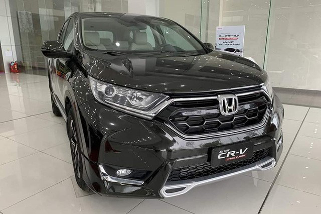 Đại lý tìm đủ chiêu xả hàng Honda CR-V đón bản mới: Sau giảm giá là tặng xe phân khối lớn, giá thực tế chỉ hơn 800 triệu đồng - Ảnh 1.