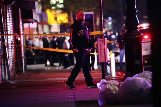 Chặn đám đông cướp bóc, cảnh sát Mỹ bị đâm dao vào cổ - Ảnh 1.