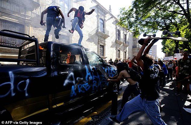 Không chỉ ở Mỹ, bạo lực còn bùng phát ở Mexico: Người biểu tình đốt cháy cảnh sát - Ảnh 2.