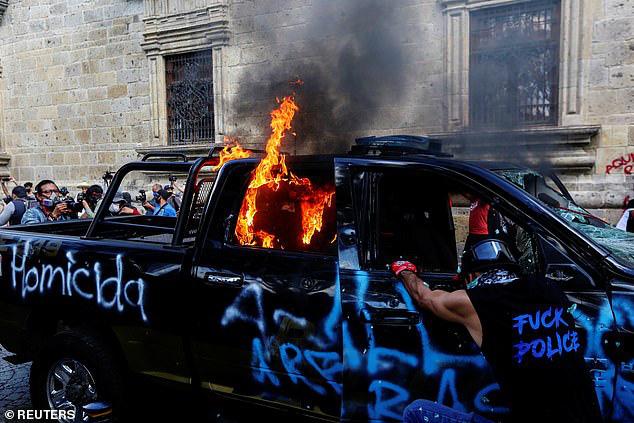 Không chỉ ở Mỹ, bạo lực còn bùng phát ở Mexico: Người biểu tình đốt cháy cảnh sát - Ảnh 3.