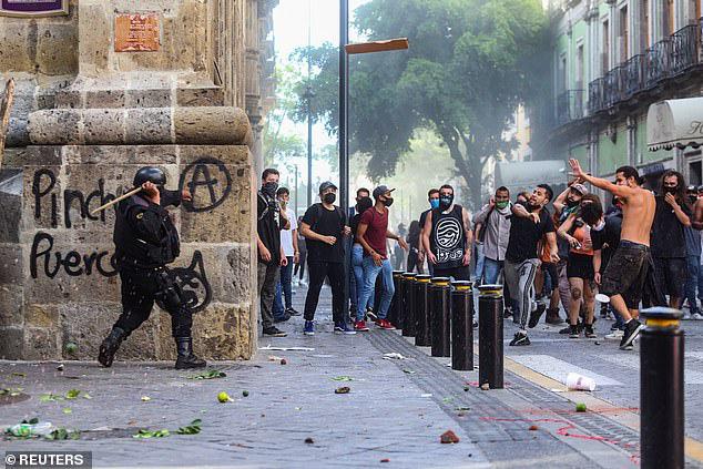 Không chỉ ở Mỹ, bạo lực còn bùng phát ở Mexico: Người biểu tình đốt cháy cảnh sát - Ảnh 4.