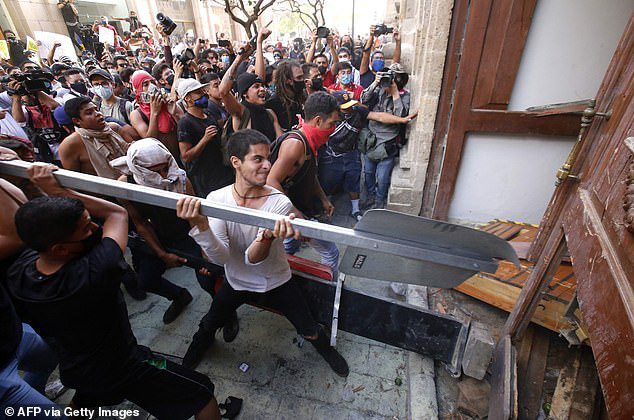 Không chỉ ở Mỹ, bạo lực còn bùng phát ở Mexico: Người biểu tình đốt cháy cảnh sát - Ảnh 5.