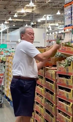 Vào siêu thị mua trái dứa, người đàn ông có hành động đặc biệt trước khi mang đồ ra thanh toán - ảnh 2