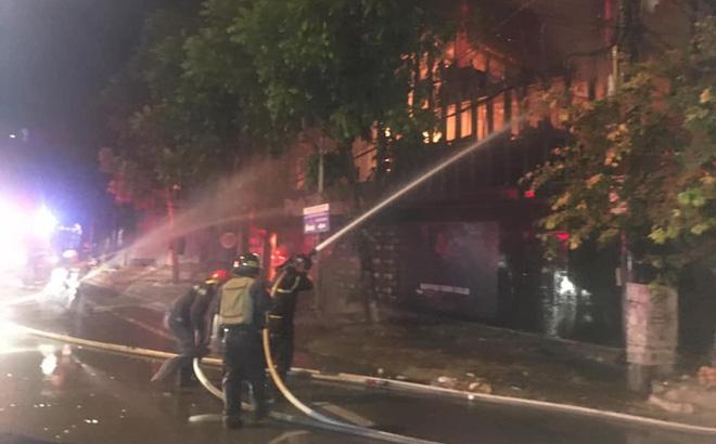 Quán bar cháy dữ dội lúc rạng sáng, 2 chiến sỹ chữa cháy bị thương - Ảnh 2.