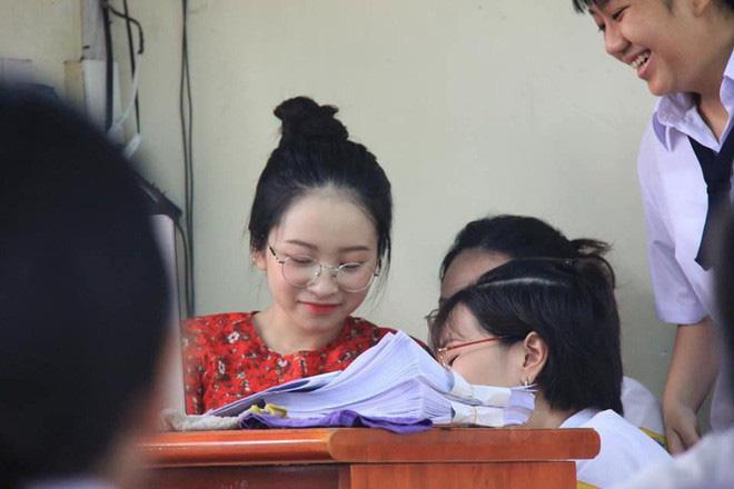 Những nữ giáo viên hội tụ đủ combo xinh xắn và giỏi giang khiến học trò nóng nực đến mấy cũng nhất quyết không trốn học - Ảnh 10.