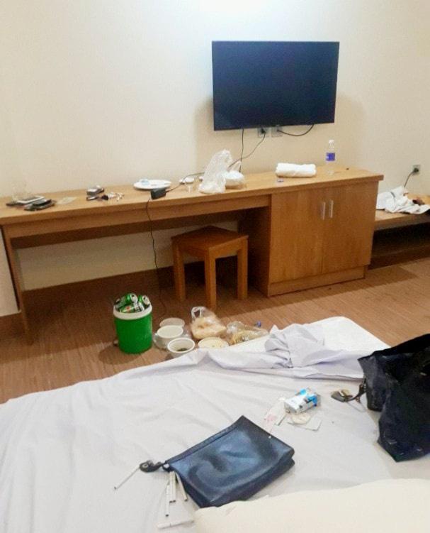 Ập vào khách sạn, công an phát hiện 5 nam nữ đang thác loạn trong tiếng nhạc xập xình - Ảnh 1.