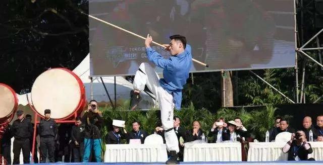 Môn đồ Thiếu Lâm Tự gây ngỡ ngàng khi dùng 1 cú đấm hạ đối thủ sau 10 giây trên đất Mỹ - Ảnh 4.