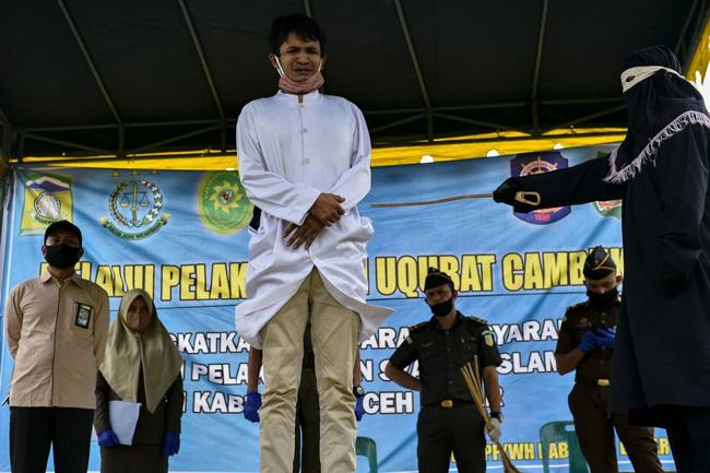 Cặp đôi Indonesia bị đánh 100 roi mỗi người vì quan hệ tình dục trước hôn nhân - Ảnh 1.