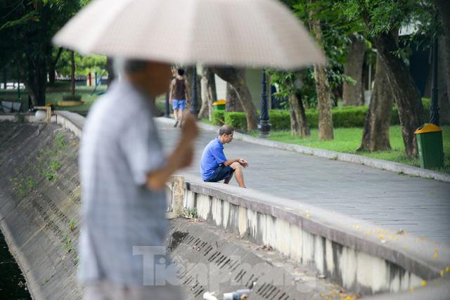 Người dân Hà Nội đổ về công viên, hồ nước, gầm cầu trốn nắng nóng thiêu đốt - Ảnh 1.