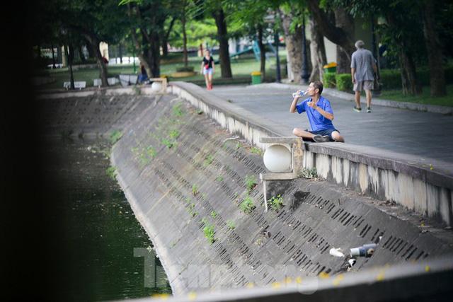 Người dân Hà Nội đổ về công viên, hồ nước, gầm cầu trốn nắng nóng thiêu đốt - Ảnh 2.