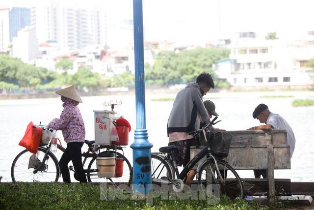 Người dân Hà Nội đổ về công viên, hồ nước, gầm cầu trốn nắng nóng thiêu đốt - Ảnh 11.