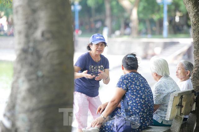Người dân Hà Nội đổ về công viên, hồ nước, gầm cầu trốn nắng nóng thiêu đốt - Ảnh 13.