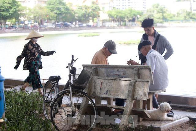 Người dân Hà Nội đổ về công viên, hồ nước, gầm cầu trốn nắng nóng thiêu đốt - Ảnh 14.